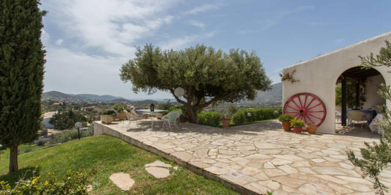 Owner Interview: Effi talks about her cottage near Athens