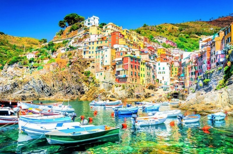 Riomaggiore houses and cliffs