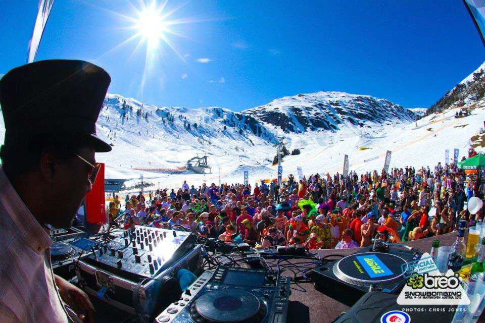 Skii and snowboarding with music in snowbombing
