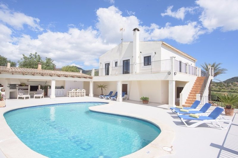 3 bedroom farmhouse in Majorca with 9 x 4 metres private pool