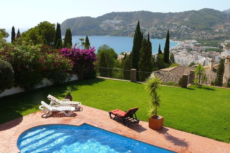 5 bedroom villa with heated private pool in Almuñécar, Spain. Short walk to the beach.