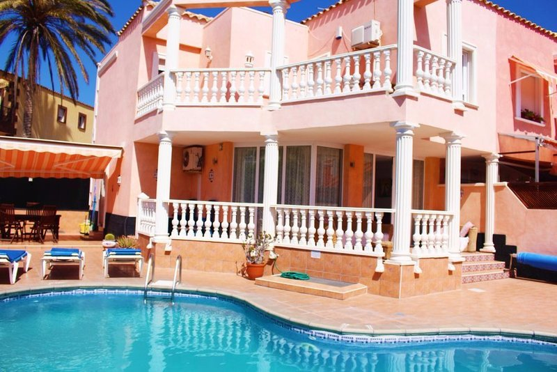 Modern 3 to 5 bedroom villa with own pool in Los Cristianos.