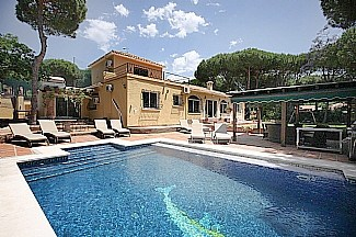 Villa in Spain, Cabopino: Fabulous pool area.
