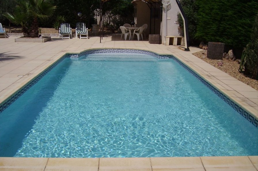 Villa in France, Maraussan: Pool looking towards summer kitchen