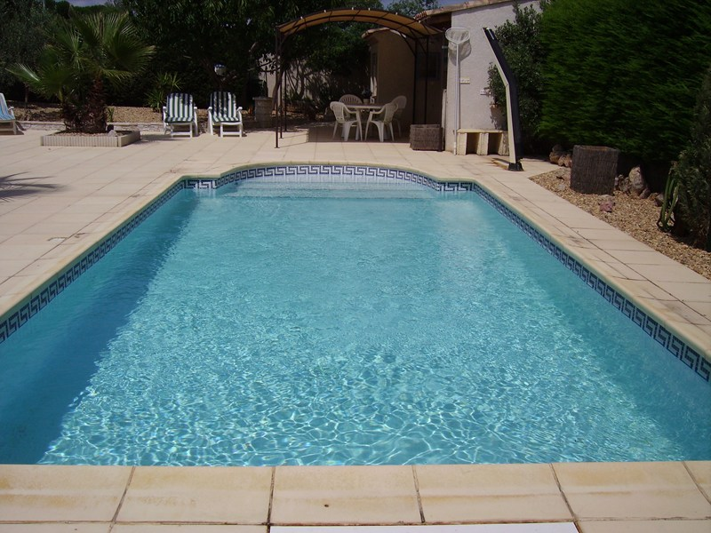 Villa in France, Beziers: Pool looking towards summer kitchen