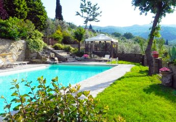 Apartment in Italy, Castiglion Fiorentino: Large and sun drenched pool. visible from Apartment ter..