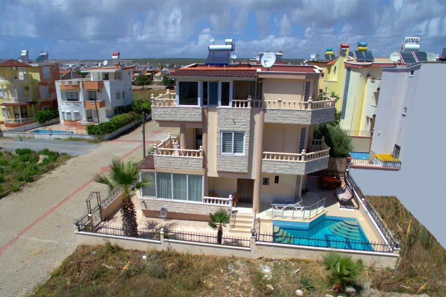 4 Bedroom Villa in Altinkum, Turkey With Private Pool