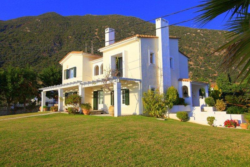 Villa in Greece, Greek Mainland: 2000 sqr m garden by the sea side