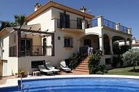 Villa in Spain, Estepona: The villa and the pool area.