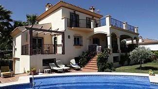 Villa in Spain, Estepona: The villa and the pool area.