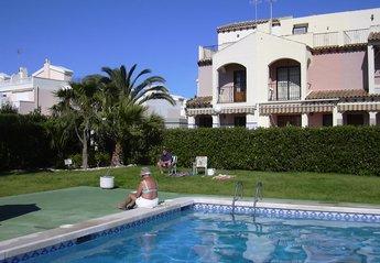 House in Spain, Residencia La Laguna Guardamar: Townhouse on left side overlooks the communal pool
