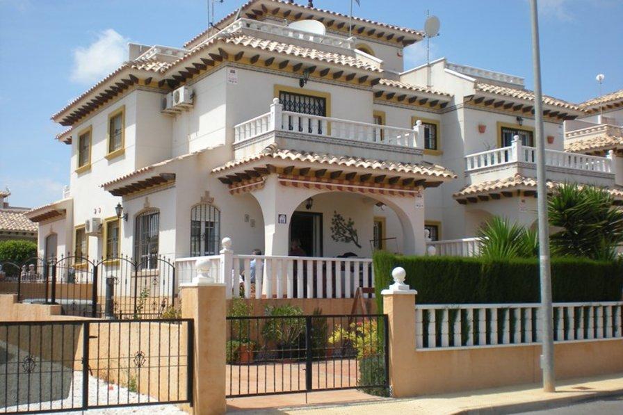 Villa in Spain, La Cuerda y Lomas de Cabo Roig: Front of Villa - Modern & Attractive