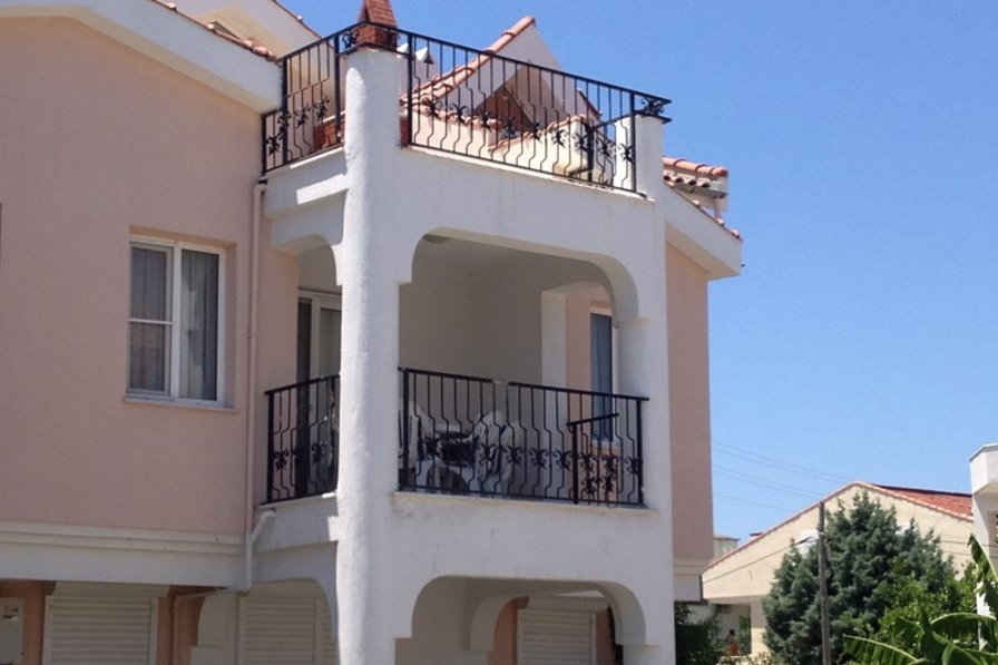 Apartment in Turkey, Didim: Exterior of apartment, showing lower level shaded balcony, and upper l..
