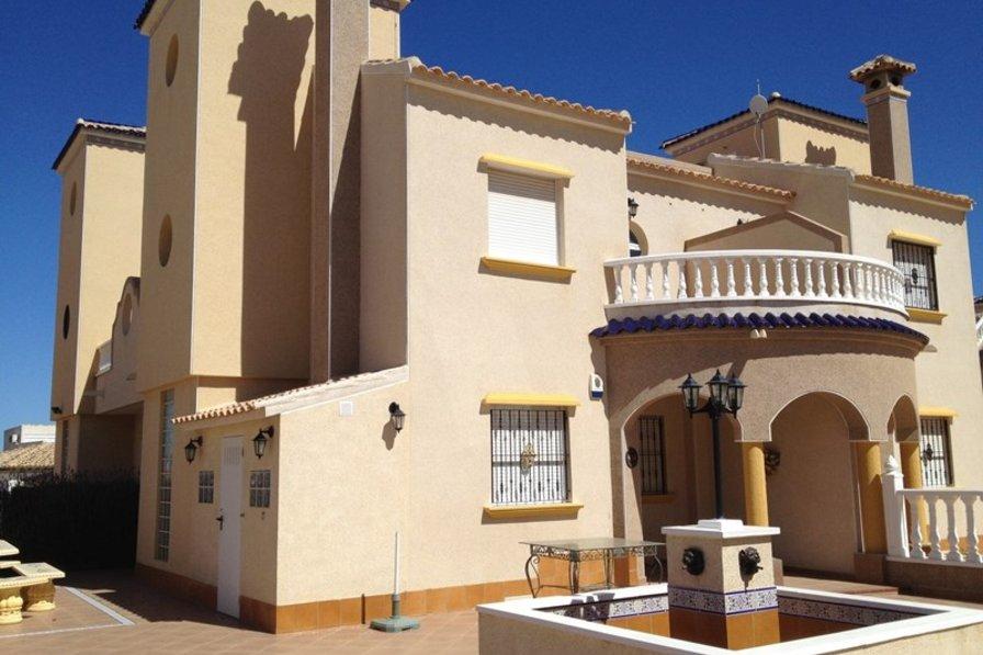 Very large 3 bedroom, 2 bathroom villa in Lomas de Cabo Roig