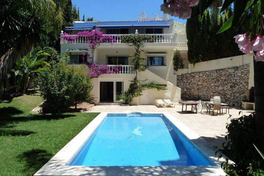 Villa in Spain, Urbanización el Rosario: View of rear garden, swimming pool and back of villa