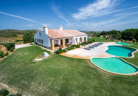 Villa in Burgau, Algarve: Exterior and swimming pools