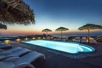 Villa in Greece, Oia: Magic sunset moments at the swimming pool.