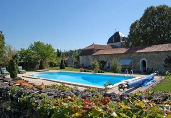 Villa in France, Verteillac: Picture 1 of pool Dordogne Perigord chateau