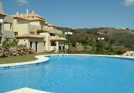 Apartment in Marbella, Spain: Swimming pool and gardens
