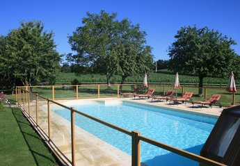 Cottage in France, Lorient: Swimming pool's 'child proof' security barrier