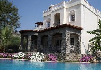 Villa in Turkey, Gundogan: Villa with pool and gardens