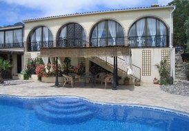 Luxury villa with pool, fabulous mountain views, tranquil setting