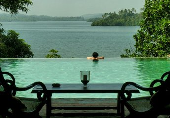 Villa in Sri Lanka, Koggala: Pool view down lake
