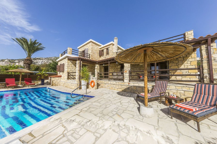 Villa Balmoral, Large 3 Bed Luxury Stone Villa in Central Peyia