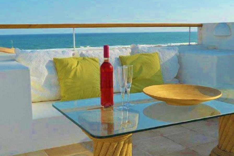 Beach Front Apartment with Roof Terrace, BBQ, sea views