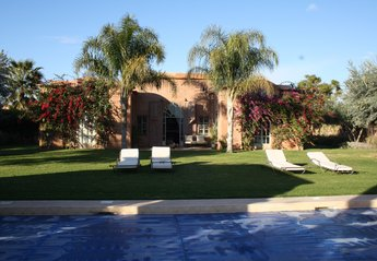 Villa in Morocco, Touihina: Front of villa with magnificent pool and garden