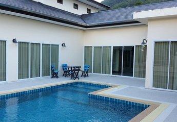 Villa in Thailand, Kathu: Rear view of villa