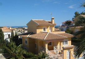 Delightful detached villa with pool -10 mins to beaches and golf