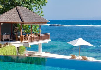 Villa in Indonesia, Candidasa: Outdoor dining and ocean deck