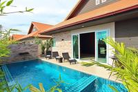 Villa in Thailand, Jomtien: Living area leads to swimming pool area with built-in jacuzzi seat and..