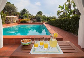 Villa in Italy, Taormina: pool from gazebo
