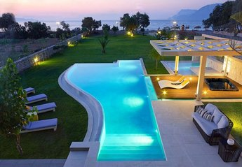 Villa in Greece, Drapanias: Relaxation and luxury with infinite sea views only 50 meters from the ..