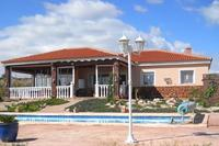 Villa in Spain, Pinoso: The villa beside the pool