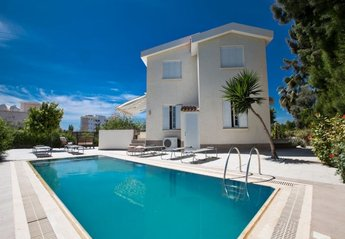 4 bedroom Villa for rent in Nissi Beach