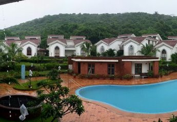 Apartment in India, Arpora: Bird Eye View of the Pool in the condo