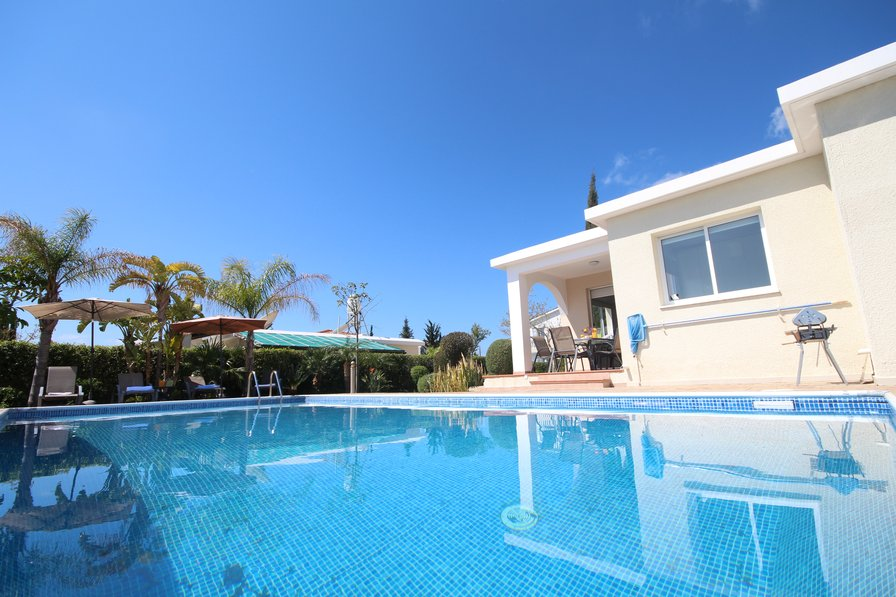 Bungalow to rent in coral bay centre cyprus with private for Bungalows villas del coral los ayala
