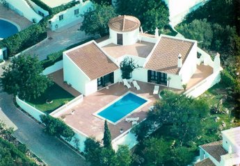 Villa in Portugal, Patroves