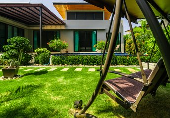 Villa in Thailand, Nai Harn: Swing chair for relaxing in the shade