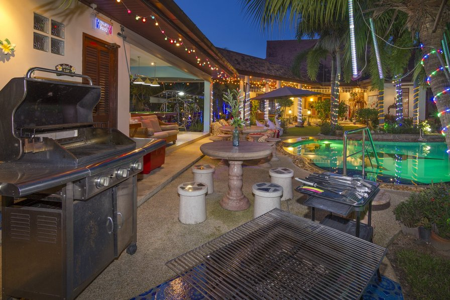 Luxury Palm Pool Villa & Large Tropical Illuminated Garden.