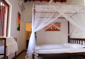 Bungalow in Sri Lanka, Mount Lavinia: DBL rooms with 4 Poster king size beds with Nets and Ensuite..