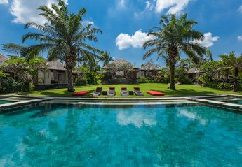 Villa in Indonesia, Canggu: Overlooking from The Pool