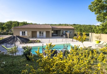 Villa in France, La Verdiere: Exterior of the villa and pool