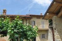 Villa in Italy, Acqui Terme: View of one of the two houses that face one other across the courtyard