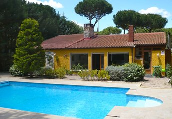 Villa in Spain, Tordesillas:    view at house from back garden