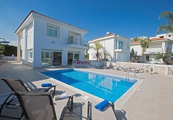 Villa in Cyprus, Central Protaras: Pool area