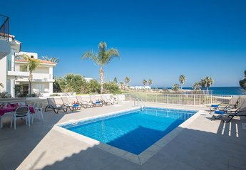 Villa in Cyprus, Central Protaras: Pool area